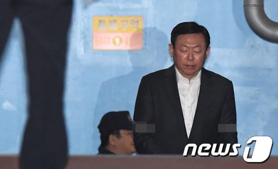 두 눈 감은 신동빈 롯데그룹 회장...\'법정구속\'