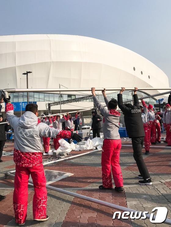 강풍으로 검색대 천막 철거하는 자원봉사자들