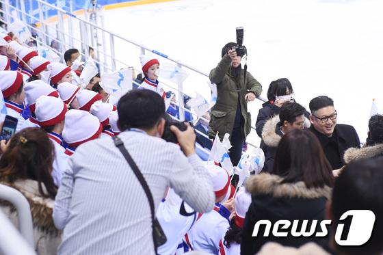 북한 응원단 앞에서 쫓겨나는 김정은 닮은꼴