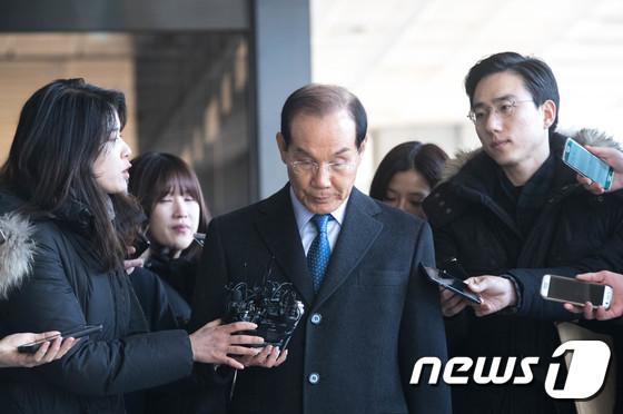 검찰 들어서는 이학수 전 삼성그룹 부회장