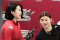 밝은 표정으로 대화하는 김유란-김민성