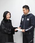 패럴림픽 격려금 전달하는 피우진 보훈처장