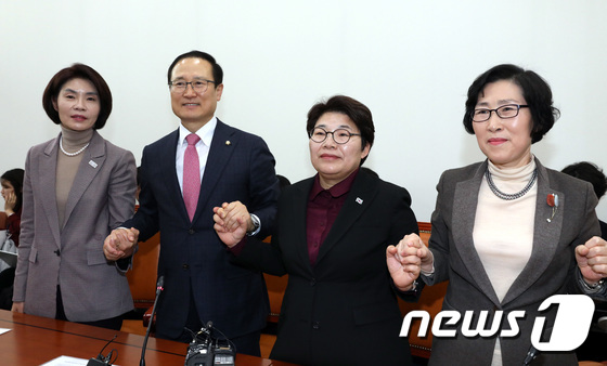 손 잡은 환노위원장과 교섭단체 3당 간사