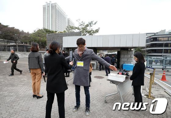 이명박 전 대통령 소환 앞두고 중앙지검 출입자 검문검색