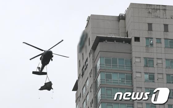 군 헬기, 도심 아파트에서 임무수행중