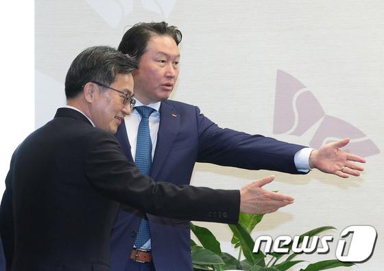김동연·최태원 \'같이 갑시다\'