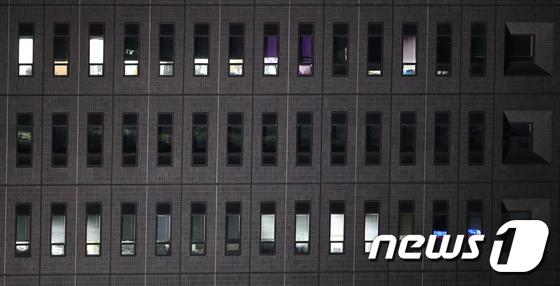 블라인드 내려진 이명박 전 대통령 조사실