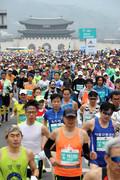 힘차게 출발하는 서울국제마라톤대회 참가자들