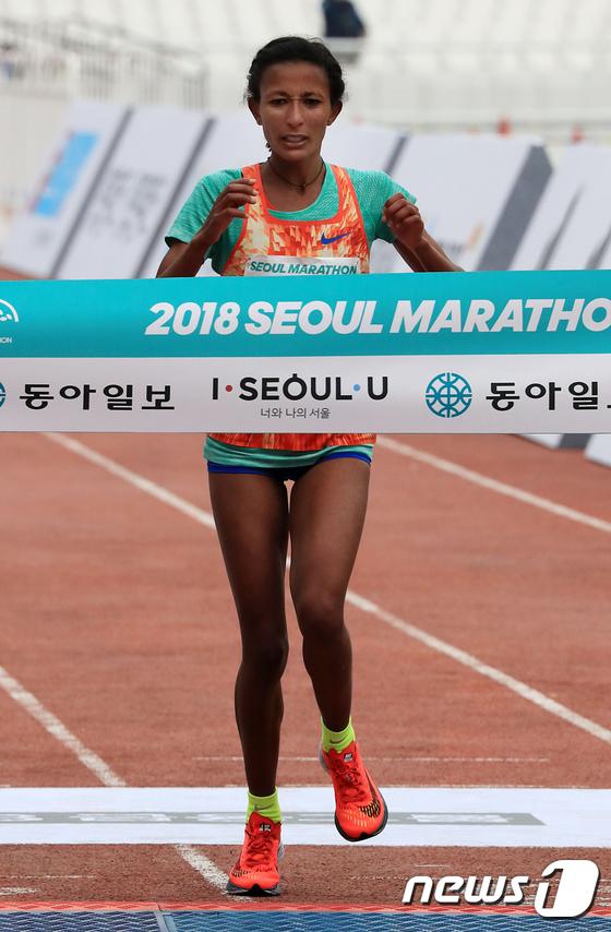히루 티베부 담테 \'서울국제마라톤 1위로 결승선 통과\'