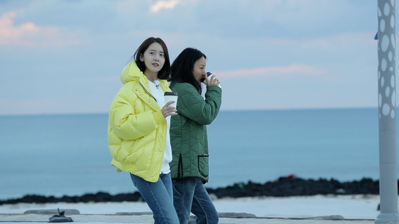 [N컷] '효리네 민박2' 더 가까워진 이효리x윤아, 둘만의 바다 산책