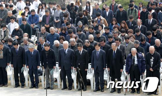 안중근 의사 향해 묵념하는 참석자들