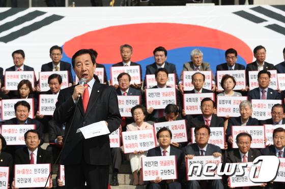 목소리 높이는 김성태 원내대표 '댓글공작 규탄'