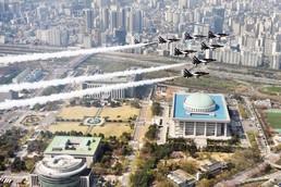 서울 상공 비행하는 공군 블랙이글스