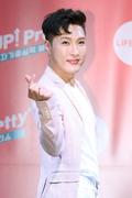 김기수, 화사한 손가락 하트