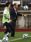 사인볼 선물하는 박항서 베트남 국가대표 감독