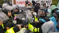 사드 반대 주민 해산에 나선 경찰