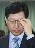 안경 고쳐쓰는 김경수