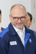 미소짓는 배리 엥글 지엠 해외사업부문 사장