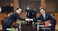 3차 실무회담 종료…'악수하는 남북'