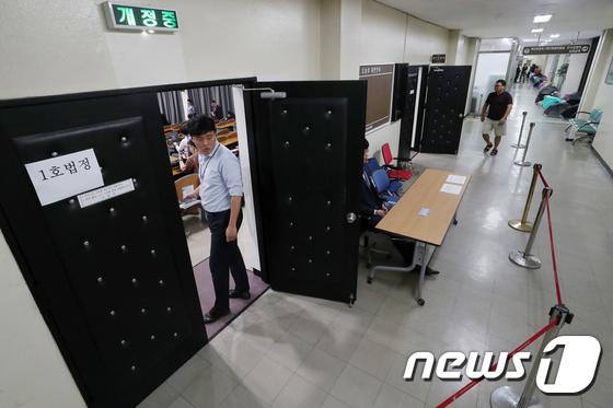 MB 첫 공판 방청권 추첨 '썰렁한 분위기'