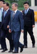 출국길 오른 문재인 대통령과 송인배 비서관