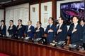 국무위원들 '임시국무회의 국민의례'