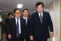 임시국무회의장 향하는 이낙연 총리와 유영민 장관