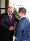 트럼프 대통령과 악수하는 문재인 대통령
