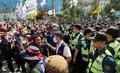 대치하는 경찰-민주노총…'혼잡한 국회 앞'