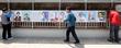 선거벽보 붙이는 주민센터 직원들