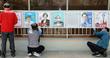 선거 벽보 붙이는 주민센터 직원들