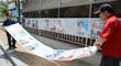 분주하게 선거벽보 붙이는 주민센터 직원들