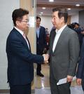 얘기하는 김성태와 이철우 '목표는 보수 재건'