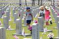 6·25 전쟁 참전자 묘역 살펴보는 어린이들