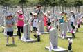6·25 전쟁 참전 용사 묘역 살펴보는 어린이들