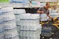 '불안한 수돗물' 생수 사들이는 시민들
