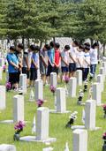 6.25 전사자 묘역 찾은 학생들