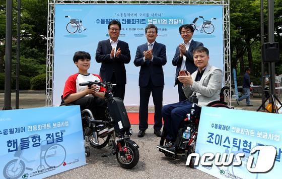 현대차그룹, 장애인 이동편의 위해 수동휠체어 전동화키트 보급