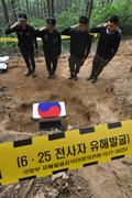 유해 이송 전 경례하는 국방부 유해발굴감식단