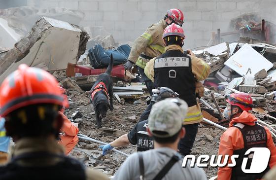 갑자기 주저앉은 용산 4층 건물 '지은지 50년…재개발 대상'