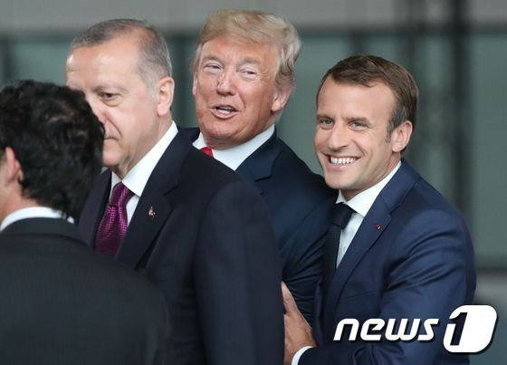 [사진] \'브로맨스\' 과사하는 트럼프와 마크롱