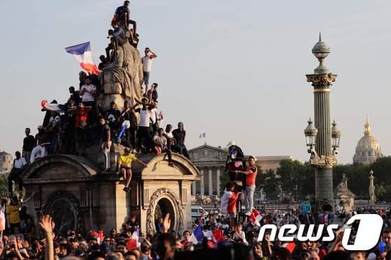 [사진] 佛 축구팀 기다리는 파리 콩코르드 광장의 시민들