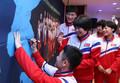한반도 지도에 사인하는 북한 선수들