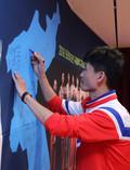 북한 탁구선수들 '한반도 지도에 사인'