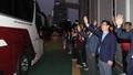 버스 떠나는 북한 선수들 향해 손 흔드는 허태정 대전시장