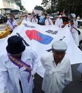 태극기 들고 행진하는 일제강점기 피해자들