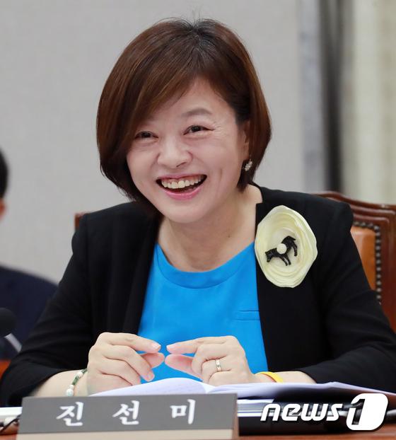 국회 운영위 전체회의 참석한 진선미