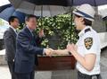관광경찰 격려하는 도종환 장관