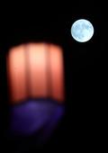 한반도 같은 초롱불 위로 휘영청 뜬 보름달