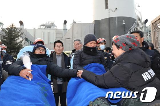 426일간의 고공 농성 마친 파인텍 홍기탁-박준호
